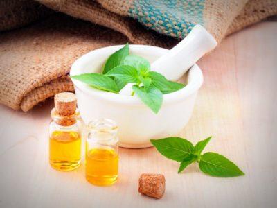 Les huiles essentielles, extraites exclusivement des végétaux, sont riches en composés actifs qui permettent de soutenir le traitement en nutrithérapie, et aider au changement alimentaire, pour soigner.