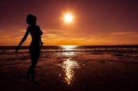 La nuit, se passer de pyjama peut également s'avérer très bon pour notre organisme : cela évite les infections, permet un sommeil de meilleure qualité, d'avoir une plus belle peau et des cheveux en meilleure santé (la sécrétion de la mélatonine et de l'hormone de croissance, hormones anti-âge, serait très perturbée par une trop forte chaleur. Ainsi, avoir trop chaud pendant son sommeil nuirait à cette régénération constante, au contraire boostée par la baisse de la température du corps). La nutrithérapie peut aussi être associé à ce type de conseil.